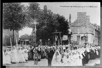 Procession de communion a Plumeliau |